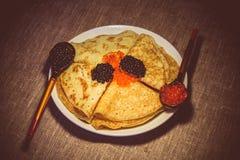 Pfannkuchen mit rotem und schwarzem Kaviar Lizenzfreie Stockfotos