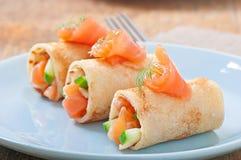 Pfannkuchen mit roten Fischen Stockbild