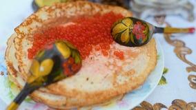 Pfannkuchen mit roter Kaviarnahaufnahme auf dem Hintergrund der festlichen Tabelle Feier des Karnevals in Russland stock footage
