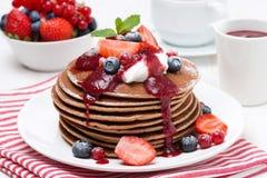 Pfannkuchen mit Sahne, Fruchtsoße und Beeren Stockbild