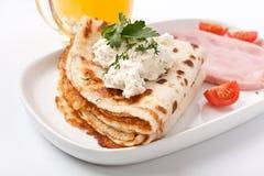 Pfannkuchen mit Sahne Käse und Schinken Lizenzfreie Stockfotos