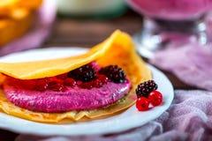 Pfannkuchen mit Sahne vom Hüttenkäse und den Beeren auf einer Platte Lizenzfreie Stockfotografie