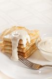 Pfannkuchen mit Sauerrahm Stockbilder