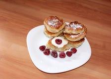 Pfannkuchen mit Sauerrahm und Himbeeren Stockfotografie