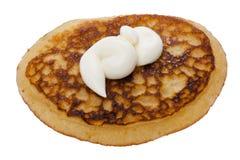 Pfannkuchen mit saurer Sahne Stockbild
