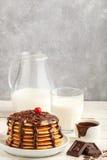 Pfannkuchen mit Schokolade auf einer weißen Platte lizenzfreie stockfotos