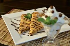 Pfannkuchen mit Schokoladensoße Lizenzfreie Stockfotos