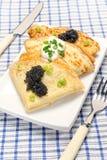 Pfannkuchen mit schwarzem Kaviar Lizenzfreie Stockfotos
