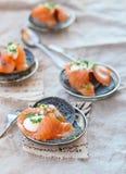 Pfannkuchen mit Sepia und Lachsen Stockfoto