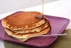 Pfannkuchen mit Sirup lizenzfreie stockbilder