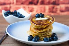 Pfannkuchen mit Sirup, Butter und Blaubeeren Lizenzfreie Stockfotografie