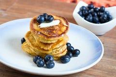 Pfannkuchen mit Sirup und Lizenzfreie Stockfotografie