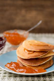 Pfannkuchen mit Stau lizenzfreie stockbilder