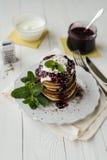 Pfannkuchen mit Stau Lizenzfreie Stockfotografie