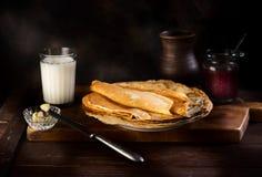 Pfannkuchen mit Stau, Butter und Milch Lizenzfreie Stockfotografie