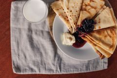 Pfannkuchen mit Stau und Butter Russisches bliny Maslenitsa Lizenzfreie Stockbilder