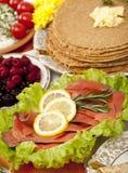 Pfannkuchen mit verschiedenen Tellern Stockbilder