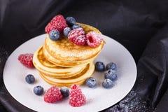 Pfannkuchen mit Waldfrucht Stockbild