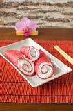 Pfannkuchen rollt mit Buttercreme und mit roten Rüben Lizenzfreies Stockbild