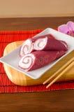 Pfannkuchen rollt mit Buttercreme und mit roten Rüben Lizenzfreies Stockfoto