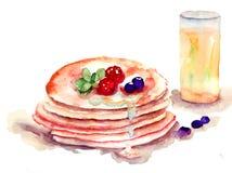 Pfannkuchen stapeln mit frischen Beeren und Saft Lizenzfreie Stockfotos