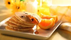 Pfannkuchen und Ahornsirup stock footage
