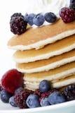 Pfannkuchen und Beeren Lizenzfreie Stockfotografie