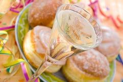 Pfannkuchen und Champagner Stockbilder