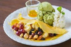 Pfannkuchen und Frucht mit Eiscreme stockbilder