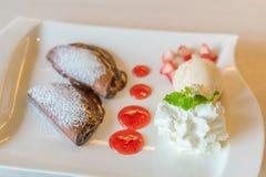 Pfannkuchen und Frucht mit Eiscreme auf Tabelle lizenzfreie stockfotos