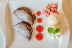 Pfannkuchen und Frucht mit Eiscreme auf Tabelle stockfotos