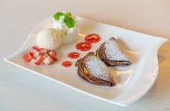 Pfannkuchen und Frucht mit Eiscreme auf Tabelle lizenzfreies stockfoto