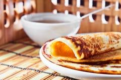 Pfannkuchen und Honig Stockbild