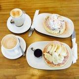 Pfannkuchen und Kaffee Lizenzfreie Stockbilder