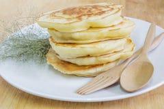 Pfannkuchen und kleine weiße Blumen Stockfoto