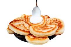 Pfannkuchen und saure Sahne Lizenzfreies Stockbild
