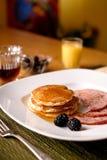 Pfannkuchen- und Schinkenfrühstück Stockfoto