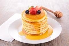 Pfannkuchen und Sirup lizenzfreies stockfoto