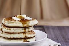 Pfannkuchen und Sirup, die gegossen wird stockfotos