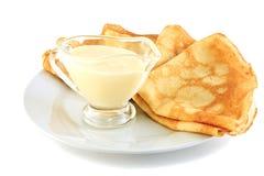 Pfannkuchen und Soße Lizenzfreies Stockbild