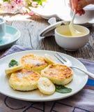 Pfannkuchen vom Hüttenkäse mit Banane, Kondensmilch, ausgewählt Lizenzfreies Stockfoto
