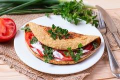 Pfannkuchen vom Hafermehl mit Tomaten und Zwiebeln Stockbild