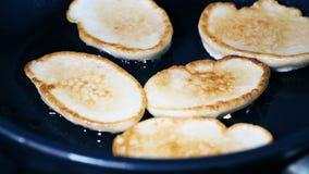 Pfannkuchen werden in einer Bratpfanne gebraten stock video