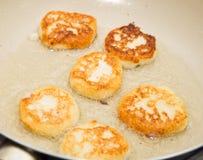 Pfannkuchen werden in einer Wanne gebraten Stockfoto