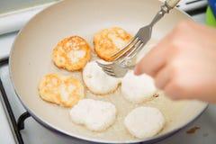 Pfannkuchen werden in einer Wanne gebraten Stockbilder