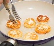 Pfannkuchen werden in einer Wanne gebraten Lizenzfreie Stockfotos