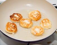Pfannkuchen werden in einer Wanne gebraten Lizenzfreie Stockbilder