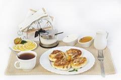 Pfannkuchen zum Tee mit Honig und Sauerrahm Dieses ist eine gute Festlichkeit für Tee mit Zitronen Stockfoto