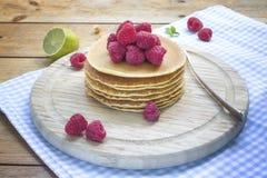 Pfannkuchenfrühstück mit Himbeere auf hölzernem Hintergrund Stockfotos