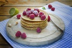 Pfannkuchenfrühstück mit Himbeere auf hölzernem Hintergrund Lizenzfreie Stockfotografie